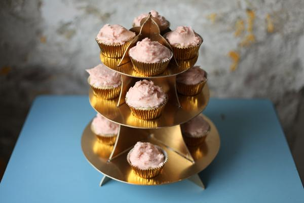 DIY Details, Oh Happy Day show us how to DIY a cupcake stand.