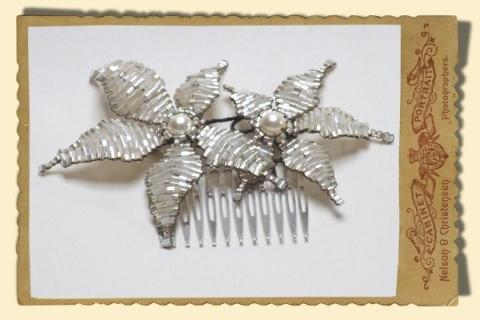 Jewellery, Small Star Flower hair comb. Vintage beaded hair comb in ivory with gold trim, and large