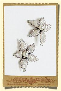 Jewellery. Vintage style beaded daisy brooch, in clear/silver with champagen trim.