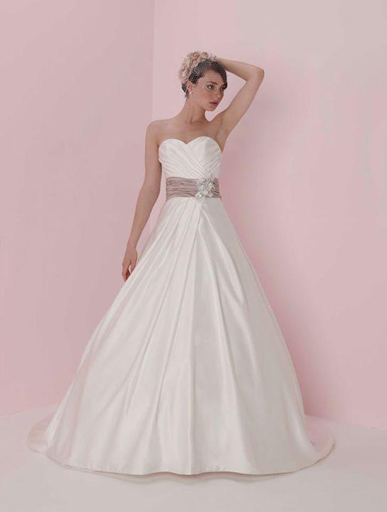 Bridal Dresses, Pure Bridal wedding dress (Ref. 4776).