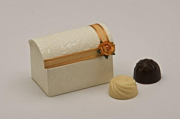 Accessories and Favours, Macrame Chest favour box (H:52mm, W:70mm, D:45mm) decorated with gold satin